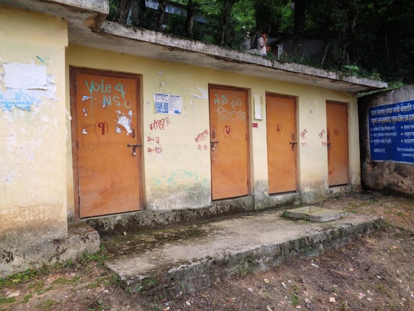 डडेल्धुरामा पानी अभावले विद्यालयका शौचालय प्रयोगविहीन